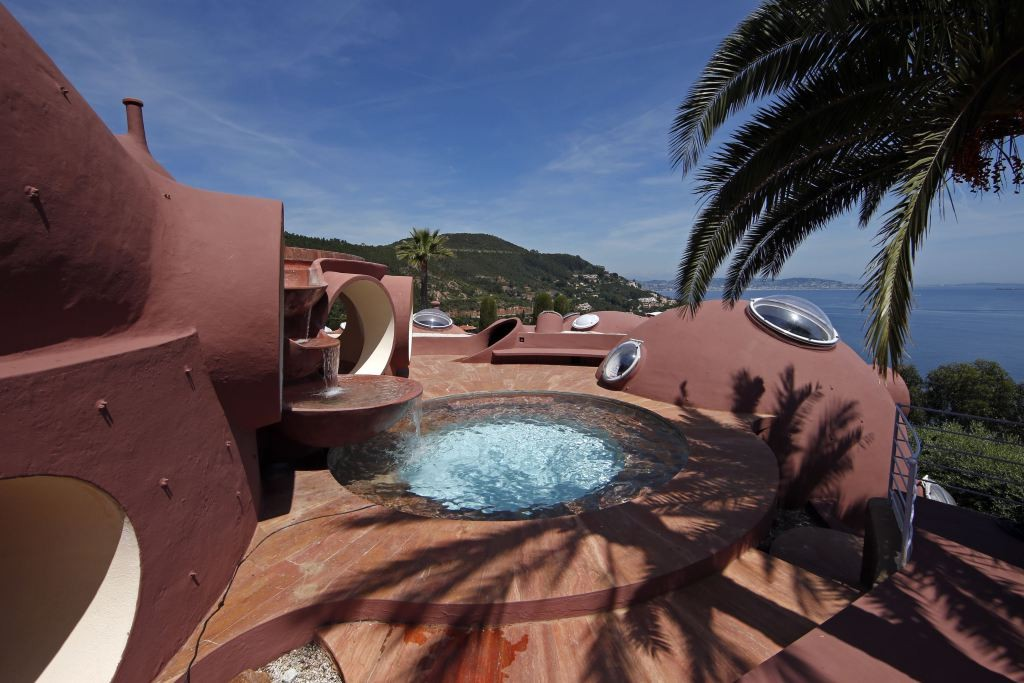 A view shows the Palais Bulles (or Palace of Bubbles) by Hungarian architect Antti Lovag in Theoule-sur-Mer, near Cannes, Southern France, May 11, 2015. The 68th Cannes Film Festival will run from May 13 to 24, 2015.   REUTERS/Benoit Tessier  - RTX1CG30